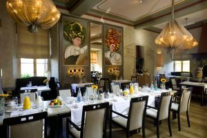 A restaurant or other place to eat at Fletcher Hotel-Restaurant Kasteel Erenstein