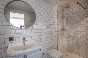 A bathroom at PREMIER SUITES PLUS Antwerp