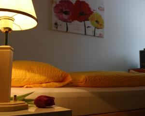 A bed or beds in a room at Pension & FeWo's Talblick