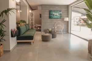 Ο χώρος του λόμπι ή της ρεσεψιόν στο Ammos Beach Seaside Luxury Suites