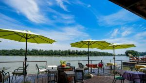 A restaurant or other place to eat at San Art Floating Hostel & Apartments