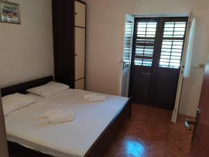 A bed or beds in a room at Apartment for 2,by the sea,quiet area,big terrace,private parking,wifi,BBQ