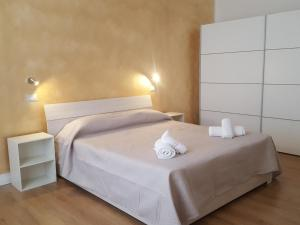 A bed or beds in a room at Seaside Holidays - Palomba