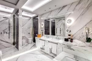 A bathroom at Hotel Splendide Royal - Small Luxury Hotels of the World