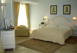 A bed or beds in a room at Villa Daphne