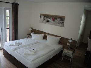 A bed or beds in a room at Usedom Bike Hotel & Suites