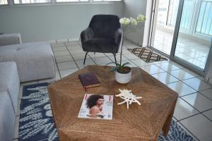 A seating area at Water Front VIP Condo with Central Air and Parking
