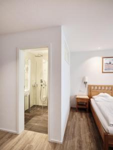 Ein Bett oder Betten in einem Zimmer der Unterkunft Badhotel Restaurant Stauferland
