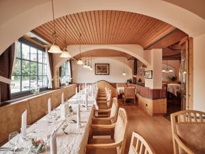 Ein Restaurant oder anderes Speiselokal in der Unterkunft Badhotel Restaurant Stauferland