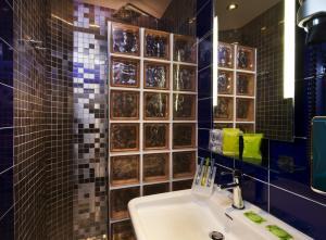 A bathroom at Hotel Moderne Saint Germain