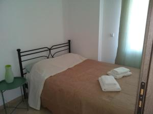 A bed or beds in a room at Kymi Bay House