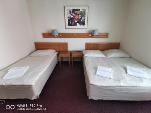 A bed or beds in a room at Sleep&Fly