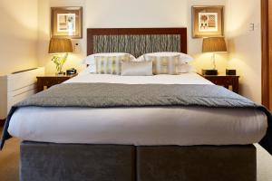 A bed or beds in a room at Cheval Knightsbridge