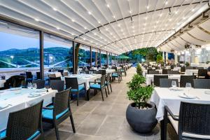 A restaurant or other place to eat at Romantique Veles Hotel