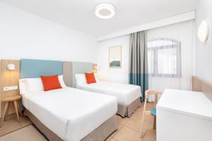 A bed or beds in a room at HD Parque Cristobal Tenerife