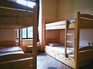 Łóżko lub łóżka piętrowe w pokoju w obiekcie Music Hostel Piotrkowska