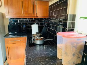 A kitchen or kitchenette at Housefield 1