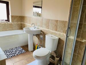 A bathroom at Housefield 1