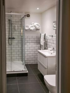 A bathroom at The Olde Kings Arms