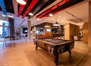 O masă de biliard de la Ibis Al Barsha