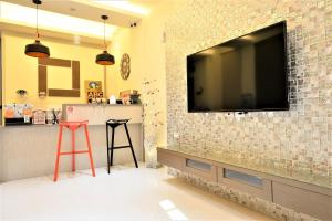 A television and/or entertainment center at 日晴民宿 Sun Day