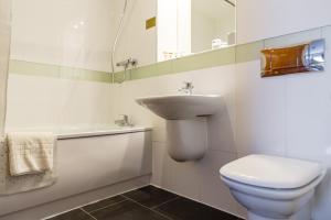 A bathroom at Legacy Preston International Hotel