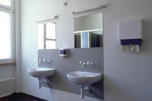 A bathroom at Zurich Youth Hostel