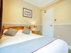 A bed or beds in a room at Flexistay Ambers Gatwick Aparthotel