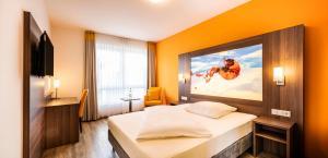 Een bed of bedden in een kamer bij Schroeders Wein-Style-Hotel