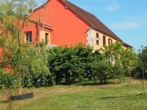 A garden outside Hôtel Restaurant La Manse