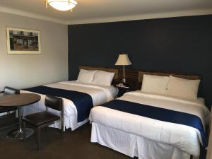 A bed or beds in a room at Falls Manor Resort