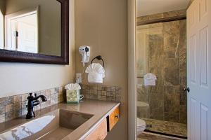 A bathroom at Sky Ranch Lodge