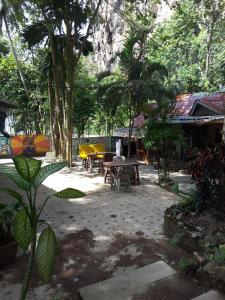 Der Swimmingpool an oder in der Nähe von Jungle Hut Bungalow