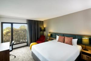 A bed or beds in a room at Novotel Sydney International Airport