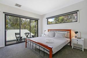 A bed or beds in a room at Adori Maloo - Bundalong