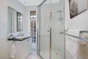 A bathroom at Amelian Holiday House Mulwala