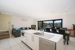 A kitchen or kitchenette at Cypress Townhouse 23 - Mulwala