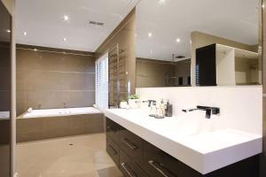 A bathroom at Lang Street Luxury Retreat - Mulwala