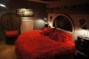 A bed or beds in a room at Aux Logis de la Solre