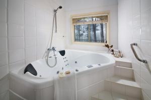 A bathroom at Falls Mountain Retreat Blue Mountains