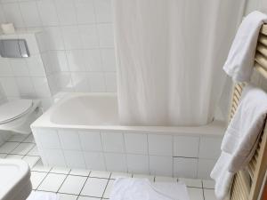 A bathroom at CB Hotel Becker