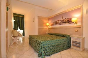 A bed or beds in a room at Hotel Moderno
