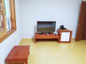 A television and/or entertainment center at Fresh Hill