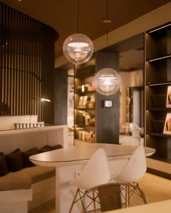 El salón o zona de bar de Pol & Grace Hotel