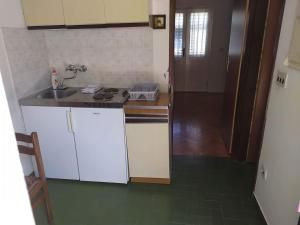 A kitchen or kitchenette at Apartment for 2,by the sea,quiet area,big terrace,private parking,wifi,BBQ