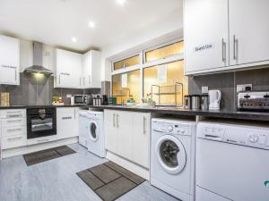 A kitchen or kitchenette at Flexistay Ambers Gatwick Aparthotel