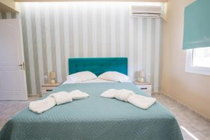 A bed or beds in a room at Laura Beach House
