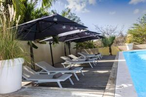 A piscina localizada em INDIGO Apartments & Suites - 'Adults Only' ou nos arredores