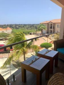 Uma vista da piscina em Cozy Apartment,2minutes to hotels, Ritz Carlton, Palm beach ou nos arredores