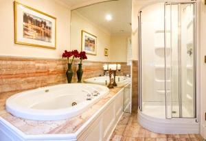 A bathroom at Chiltern Inn